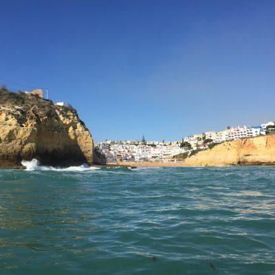 acantilados algarve con barco