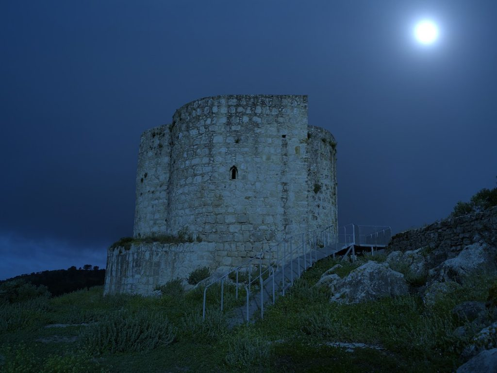 castillo de Cote de noche