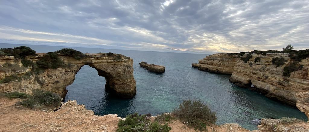 Acantilados del Algarve con barco tramo uno